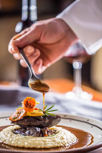 廚師在酒吧或餐館裝飾膳食的部分在小狗或餐館裡 照片檔及更多 一個人 照片
