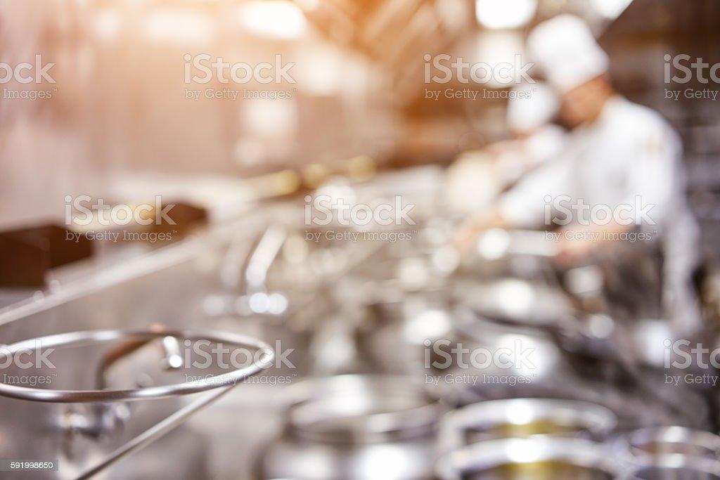 Küchenchef in restaurant kitchen at Herd mit Kochgeschirr – Foto