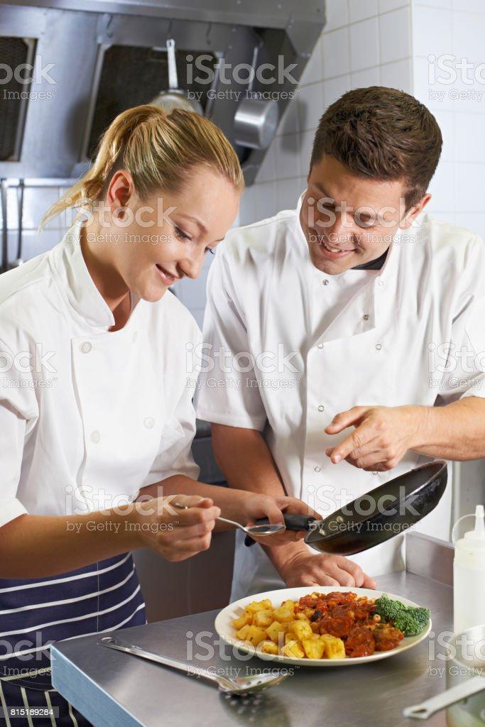 Enseñar Aprendiz Chef En El Restaurante De Cocina - Fotografía de ...