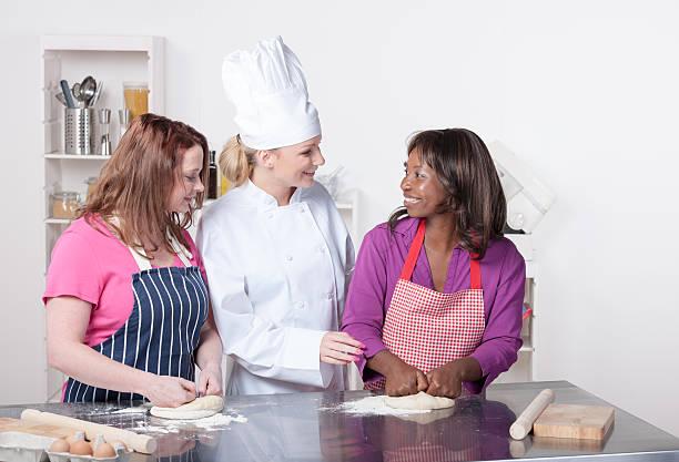 Chefkoch/Schulungsleiter beobachten Appentices/Studenten In eine Gewerbliche Küche – Foto