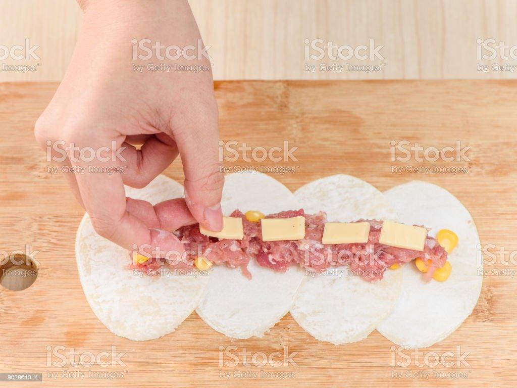 Chef cuisson processus de boulette de forme fleur rose, repas chinois, boulette de maïs fromage - Photo
