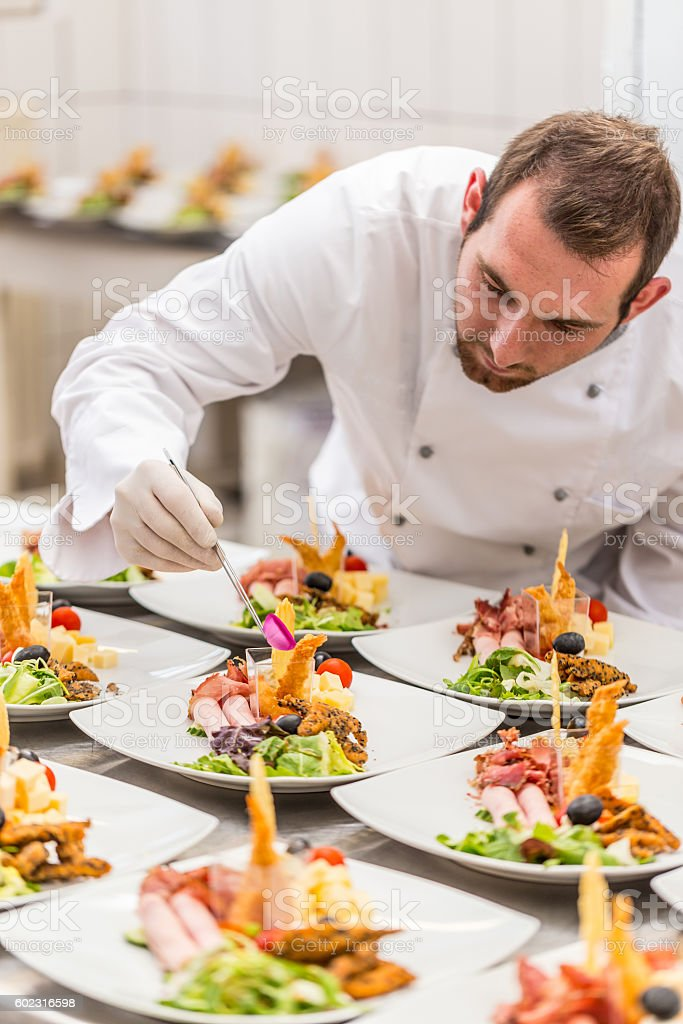 Chef est décorer plat de hors-d'œuvre - Photo