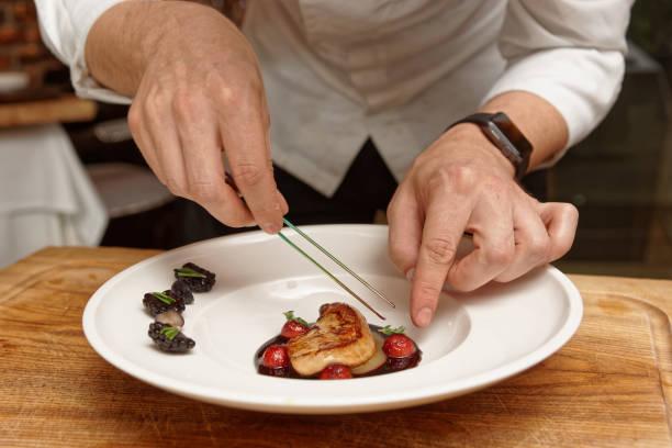 chef est de servir foie gras - foie gras photos et images de collection