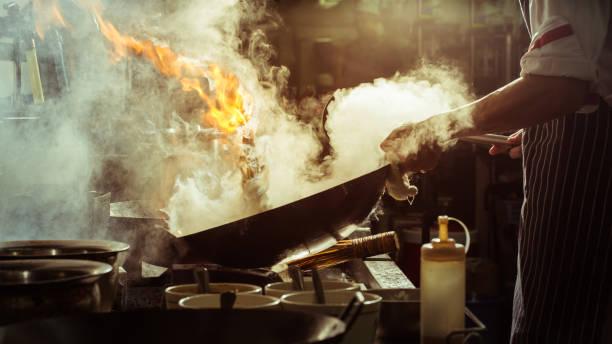 şef sebze karıştırma - aşçı stok fotoğraflar ve resimler