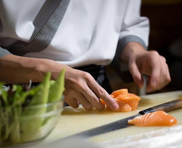 japanische küche im hotel oder restaurant küche kochen, nur die hände. er ist arbeiten sushi - teppan yaki grill stock-fotos und bilder
