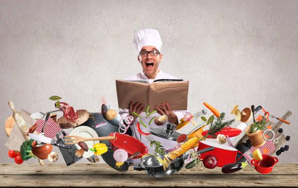 koch schaut auf das rezept - chefkoch auflauf stock-fotos und bilder
