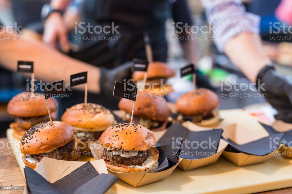 Koch, Beef Burger auf offene Küche internationale Küche Festival Veranstaltung im Freien. – Foto