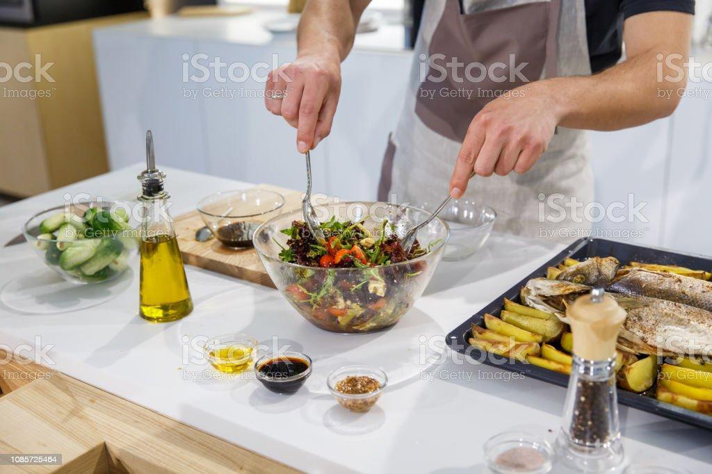 Koch Mischen Zutaten Für Salat In Leichten Küche Frischen ...