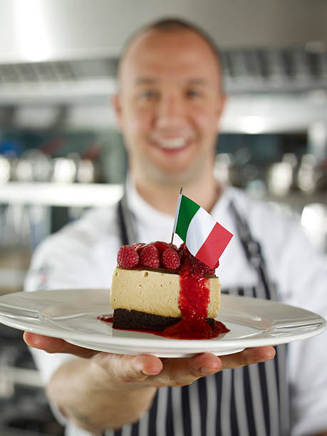 chefkoch mit käsekuchen - italienische küchen dekor stock-fotos und bilder