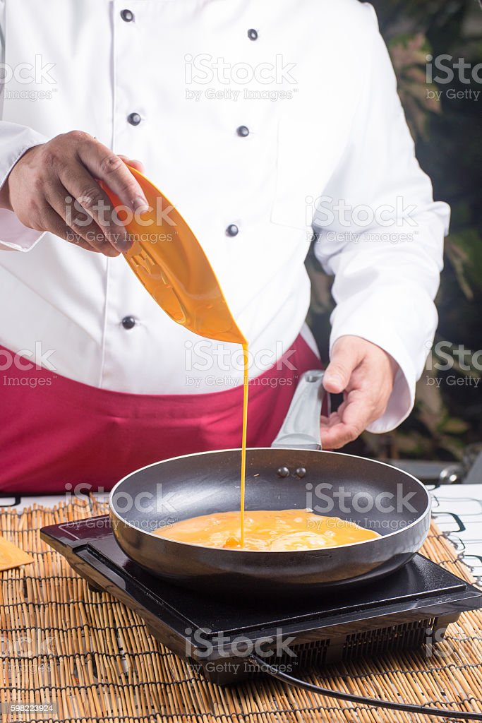 chef pouring egg to pan foto royalty-free