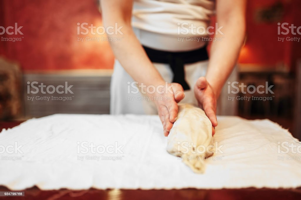 제빵에 대 한 고전적인 애플 슈 트루 델을 준비 하는 요리사 - 로열티 프리 건강한 생활방식 스톡 사진