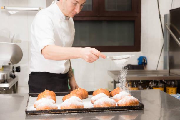 koch bereitet croissant - italienische küchen dekor stock-fotos und bilder
