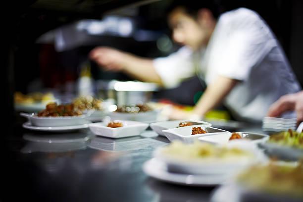 Chefkoch bereitet Gerichte – Foto