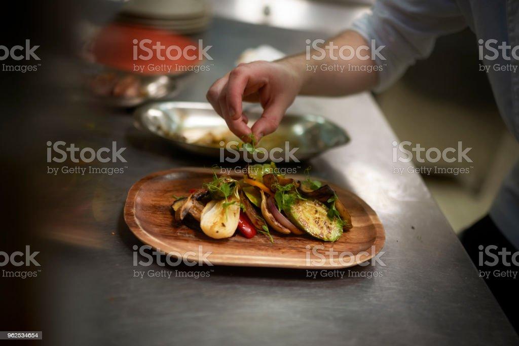 Chef preparando comida - Foto de stock de Adulto royalty-free