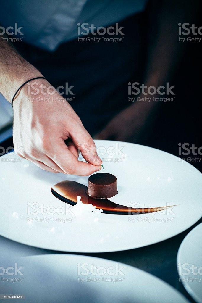 Le Chef mettre Feuille verte sur chocolat dessert - Photo