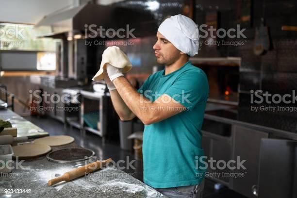 Szef Kuchni Rolkach Ciasta Ręcznie Do Pizzy - zdjęcia stockowe i więcej obrazów Pizzeria