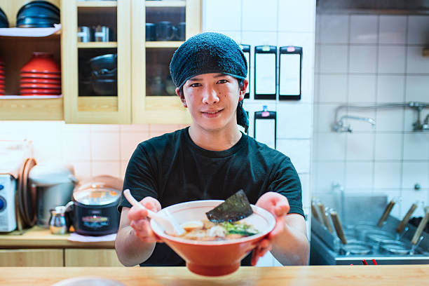chef serving a bowl of freshly made ramen - ラーメン ストックフォトと画像
