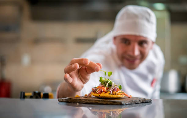 Servir une assiette dans un restaurant de chef - Photo