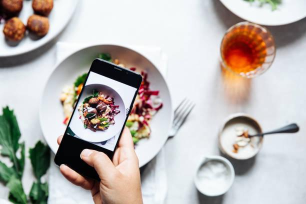 chef fotografieren vegane falafelschale auf dem tisch. - alvarez stock-fotos und bilder