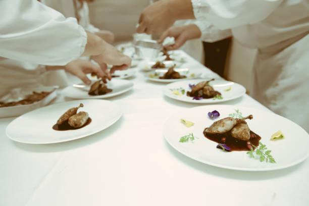 chef usando pauzinhos tong em fatias coloque na chapa branca na festa de jantar de luxo, fundo desfocado com estilo vintage cor de carne. - fine dining - fotografias e filmes do acervo