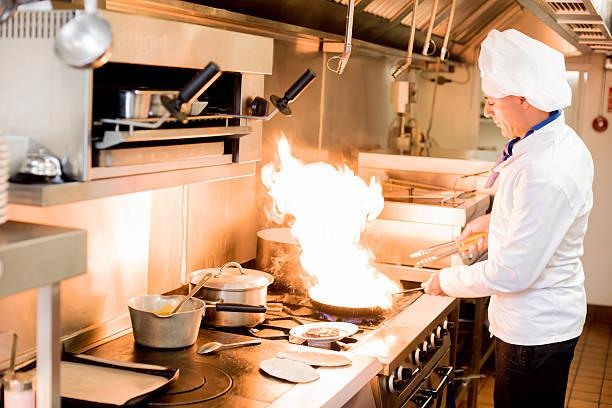Chefkoch mit hoher brennenden Flammen – Foto