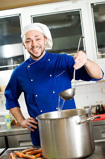 chefkoch mit rundhalsausschnitt - chefkoch auflauf stock-fotos und bilder