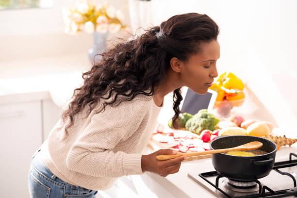 kocken kvinna njuter av doften av nylagad soppa. - food woman to smell bildbanksfoton och bilder