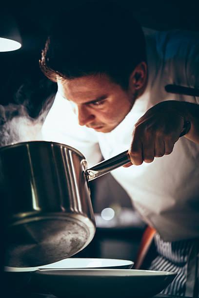 Koch Arbeiten in einer gewerblichen Küche – Foto