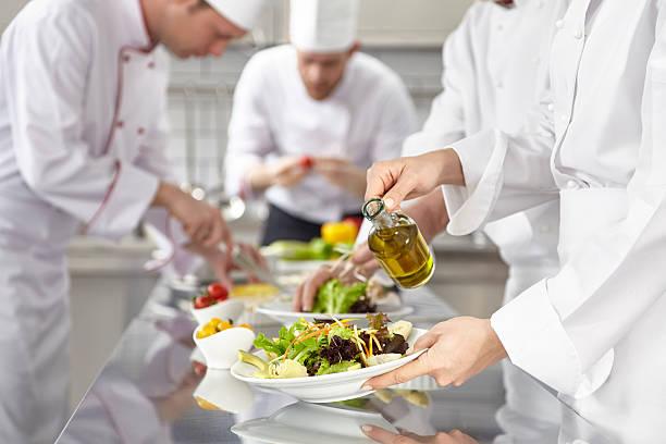 Köche bereiten Salate – Foto