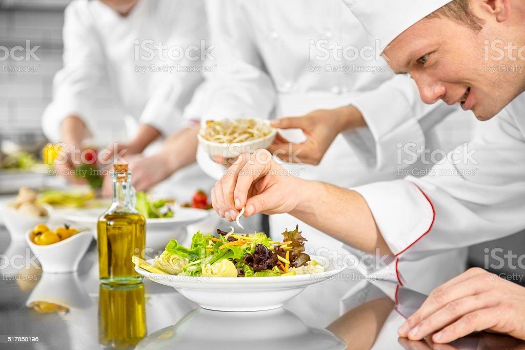 Chefs Preparamos ensaladas - foto de stock