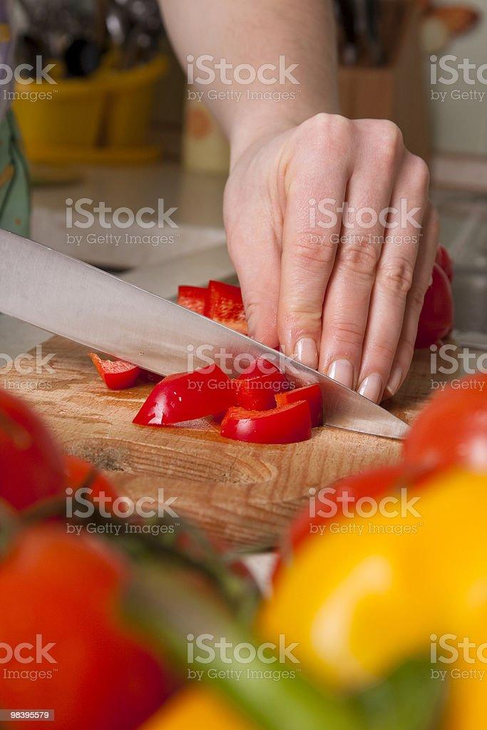 Mani del cuoco taglio verdure. foto stock royalty-free