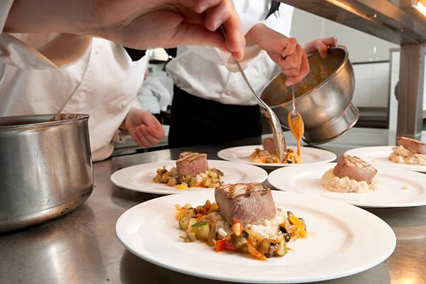 シェフのお料理には、マグロの準備、グリルステーキ - フランス料理 ストックフォトと画像
