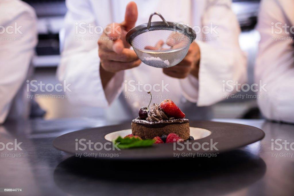 Chefs d'équipe finition assiettes à dessert - Photo