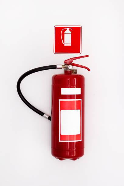 Extintor de incêndio químico isolado em um fundo de parede branca, com traçado de recorte. - foto de acervo