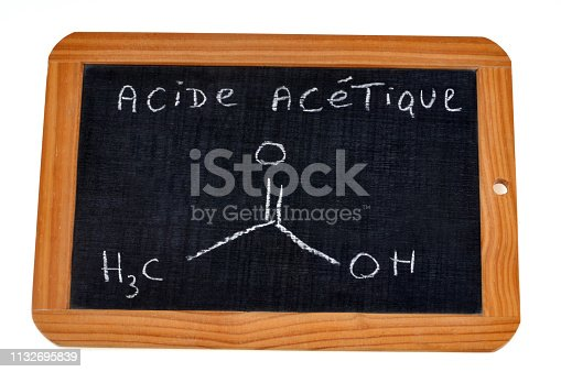 ardoise d'école avec une formule chimique écrite dessus
