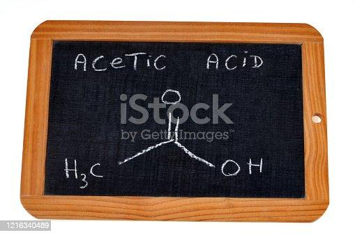 formule chimique écrite en anglais sur une ardoise d'école