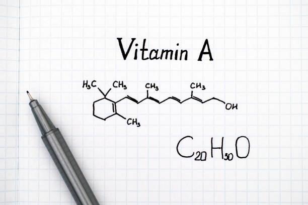 fórmula química de la vitamina a con lápiz negro. - vitamina a fotografías e imágenes de stock