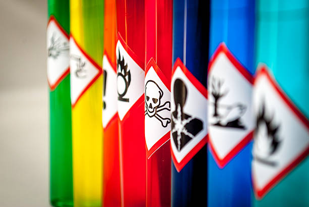 chemical pictogramas de peligro tóxico enfoque - química fotografías e imágenes de stock