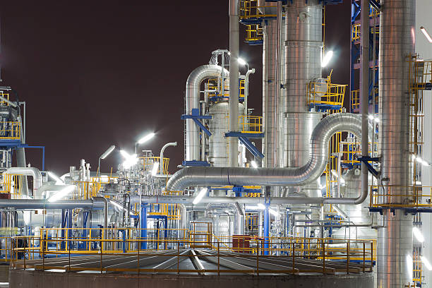 chemische industrie-anlagen in der nacht - petrochemische fabrik stock-fotos und bilder