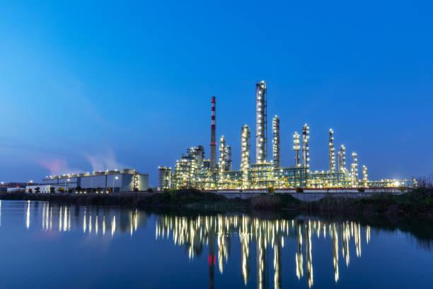 chemieanlage nachts - destillationsturm stock-fotos und bilder
