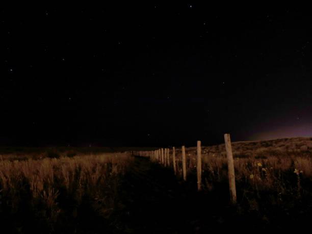 Chemin nocturne en bord de mer stock photo
