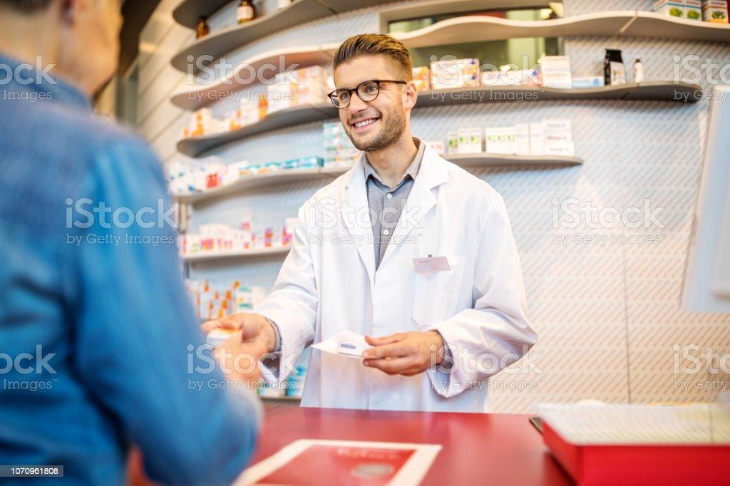 Chemiker, die Unterstützung von Frau Client an Kasse – Foto