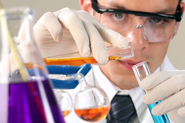 chemiker experiment - berühmte physiker stock-fotos und bilder