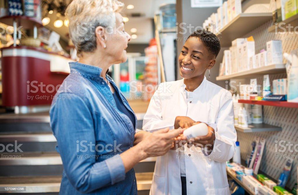 Apotheke Medikamente für ältere Kunden erklären – Foto