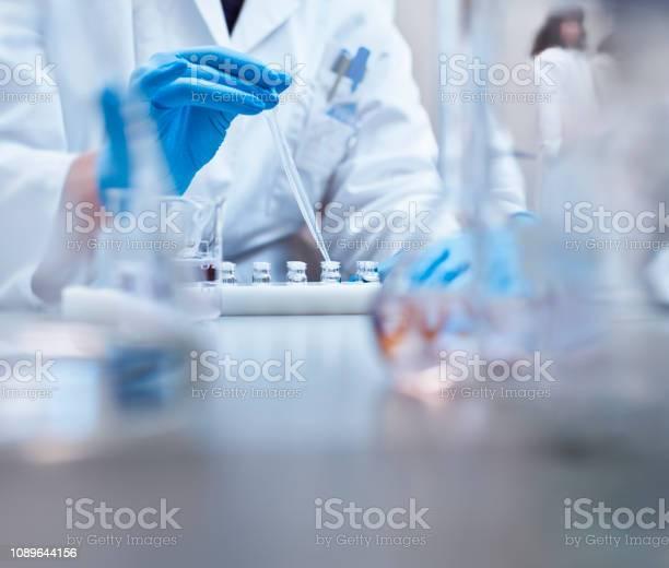 Scheikundige Vullen Flesjes In De Experiment In Laboratorium Stockfoto en meer beelden van Alleen volwassenen