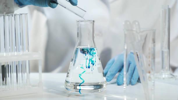 化学物質を注ぐ液体、化学実験で三角フラスコ ストックフォト