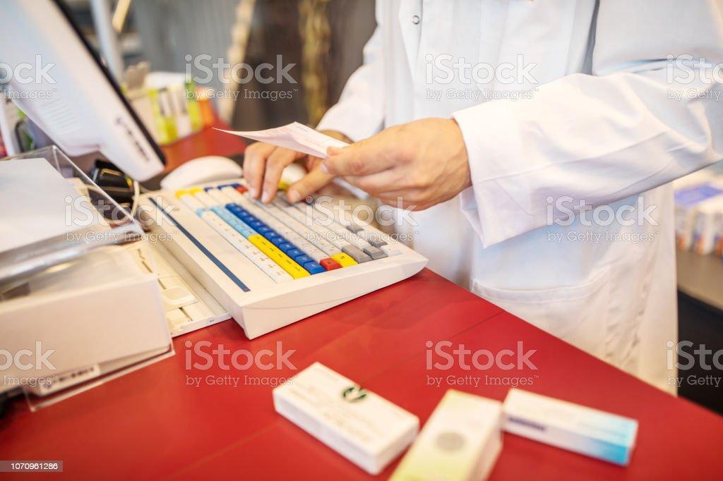 Apotheke verschreibungspflichtige Arzneimittel in der Datenbank suchen – Foto