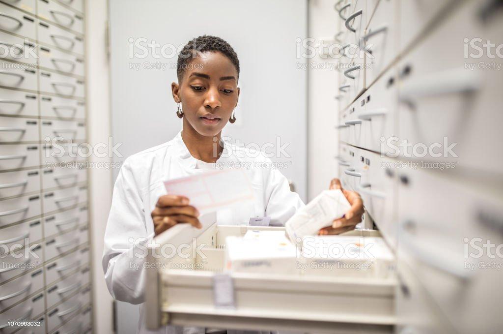 Chemiker suchen die Medizin auf rack – Foto