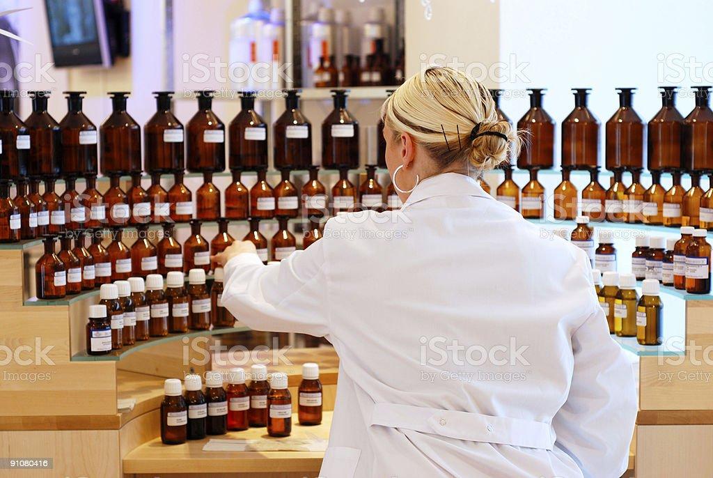 Químico trabajando en laboratorio. - foto de stock