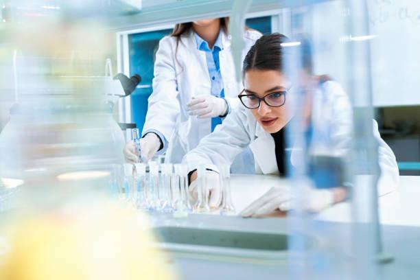 Chemie und Medizin Studenten, die in einem Labor arbeiten – Foto